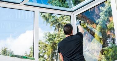 Fenster im Wintergarten putzen